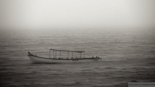 Yksinäinen vene ajelehtimassa Arabianmeressä