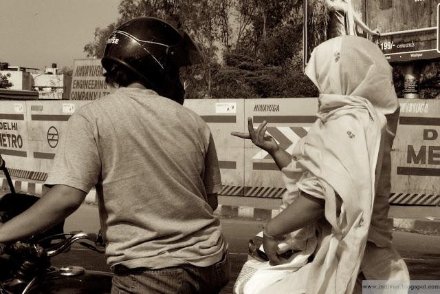 Intialainen pariskunta liikenteessä Delhissä