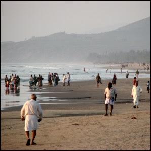 Paikallisia ja turisteja Gokarnan rannalla