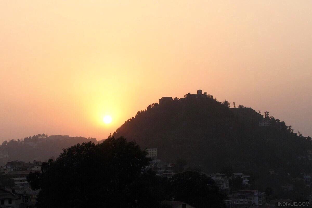 Aurinko laskee vuorten taa: Mussoorie, Intia