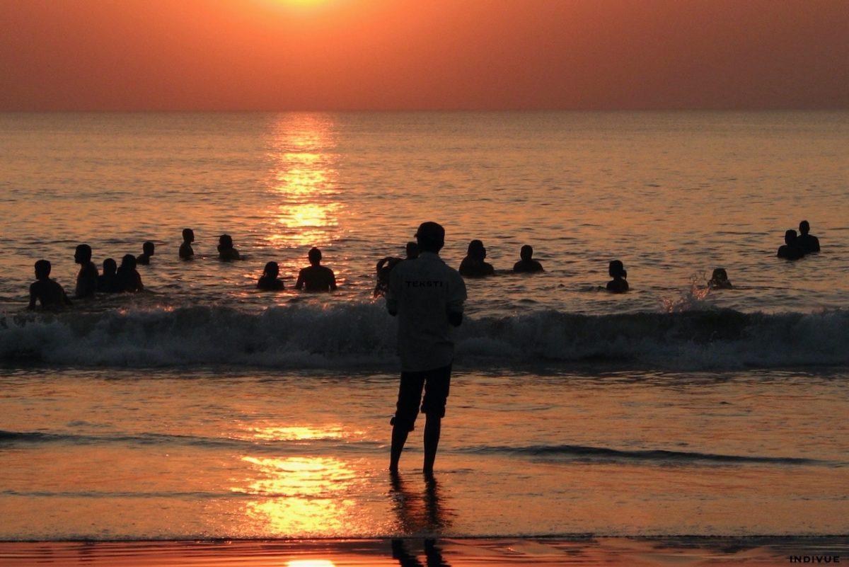Ihmisiä uimassa Gokarn Beachilla Intiassa