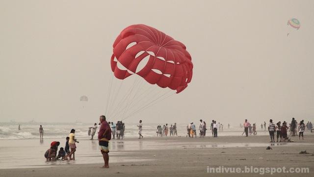 Turisteja Goan rannalla uuden vuoden aattona