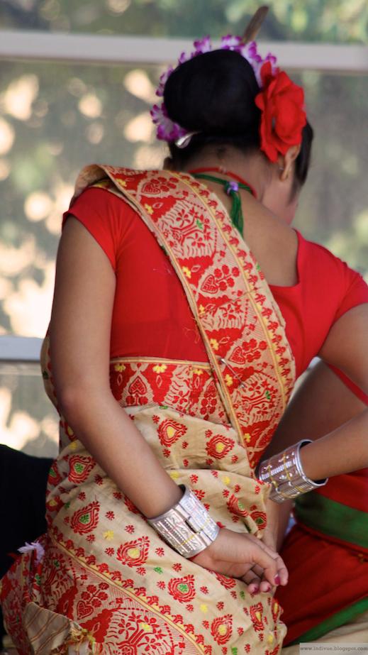 Assamilainen Bihu-tanssiryhmä Espan lavalla 26.7.2011