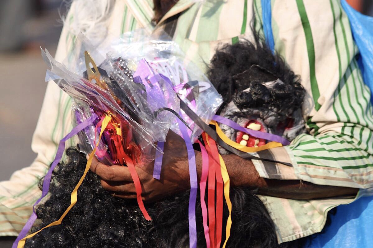 Huonolaatuiset kadultaostetut karnevaalinaamiot voivat värjätä kasvosi, joten kannattaa olla varovainen.