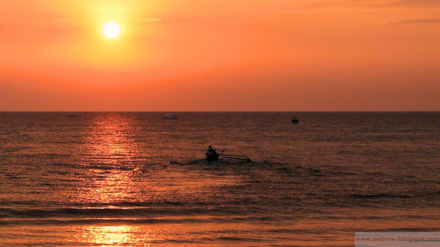 Goalaiset kalastajamiehet merillä auringonlaskun aikaan