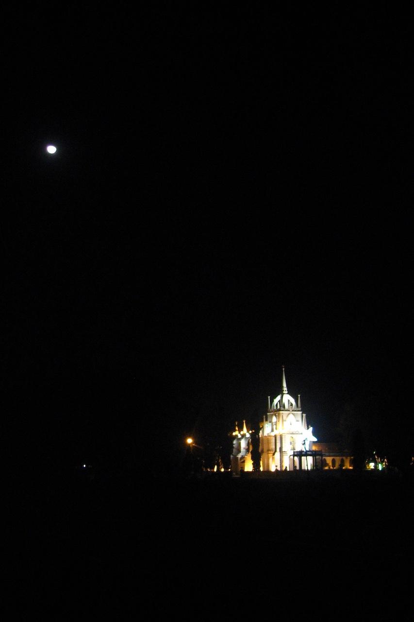 Goalainen kirkko jouluvalaistuksessa ja kuun valossa
