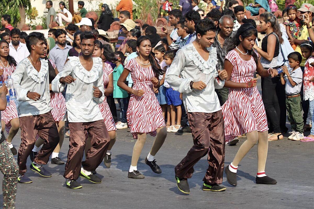 Nuorisoa tanssimassa Bollywoodin tahtiin Goan karnevaalikulkueessa