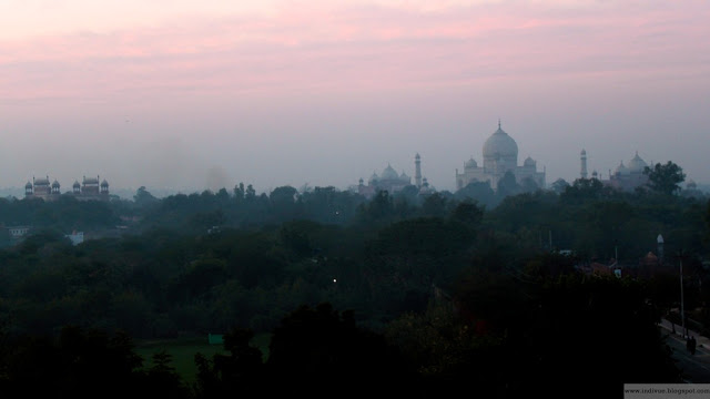 Taj Mahal auringonlaskun jälkeen