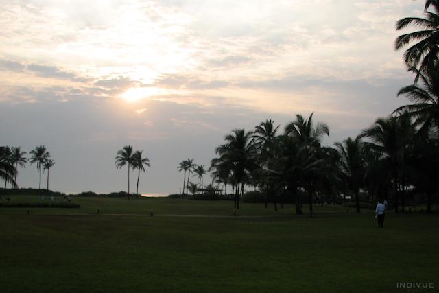 Meri- ja auringonlaskunäkymä Park Hyattin puutarhasta