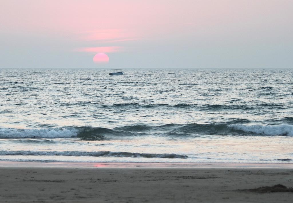 Matkakokemuksia Goasta: Auringonlasku ja vene Arabianmeressä