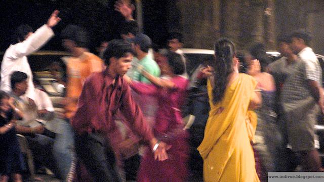 Mumbaissa Navratri Dandia tanssimassa