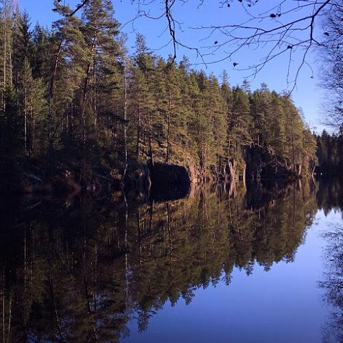 Syysauringon paistetta joen varrella Keski-Suomessa