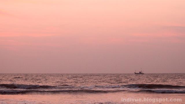 Kalastajavene Goan rannikolla auringonlaskun jälkeen