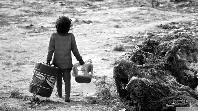Äidin pikku apulainen etsii juomavettä