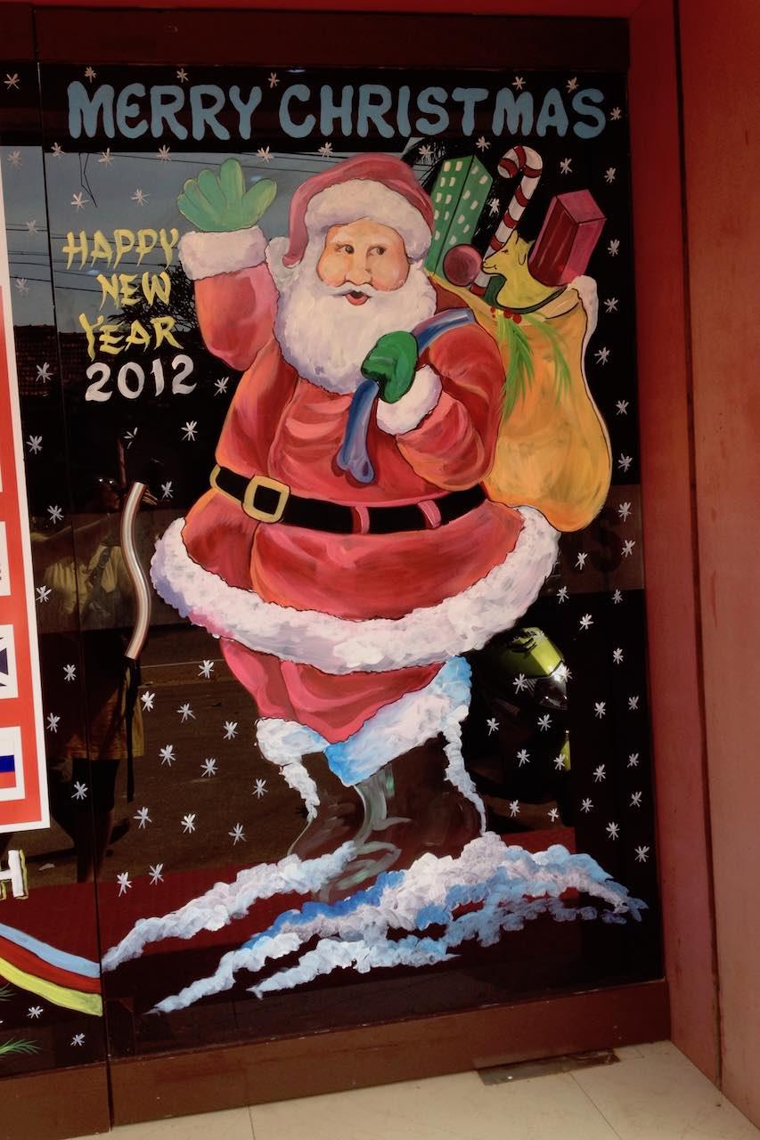 Hyvän joulun ja uuden vuoden toivotus pankin ikkunassa Goassa