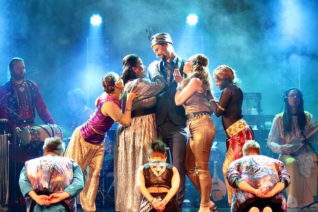 Bhangraooppera Bollywood KaBOOM hurmasi Savoy-teatterissa