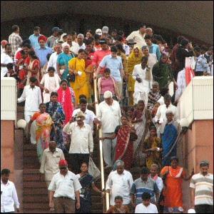 Ihmisiä poistumassa Lotus-temppelistä Intian Delhissä