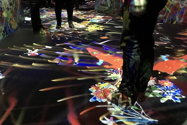 Projektorin jälkeä Amos Rexin taidemuseon lattialla ja seinissä