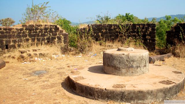 Roskia turistinähtävyydessä Capo De Ramassa, Goassa