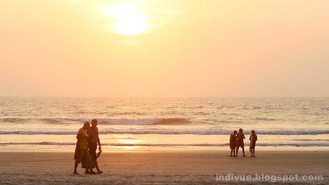 Turisteja ja uimavalvojia Goan rannalla