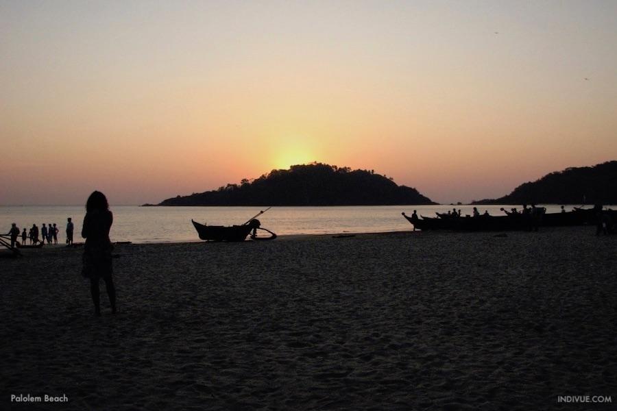 Palolem Beach - uimaranta Etelä-Goassa auringonlaskun jälkeen
