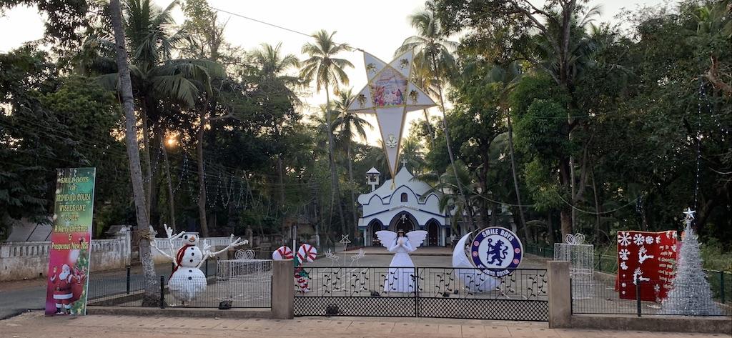 Jouluasetelma tien laidassa Etelä-Goassa