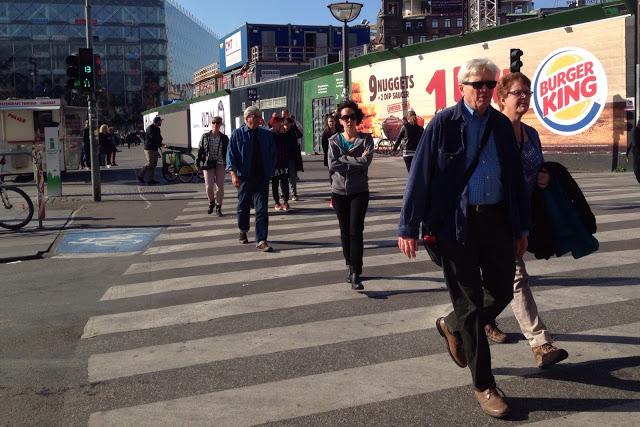 Suojatie Kööpenhaminassa ja liikennevalojen ajannäyttö