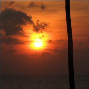 Aurinko laskee Arabian mereen