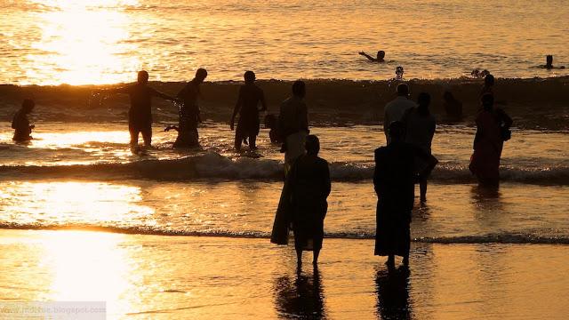 Ihmisiä uimassa Gokarnan rannalla
