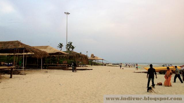 Beach shackien rakennusta Goassa