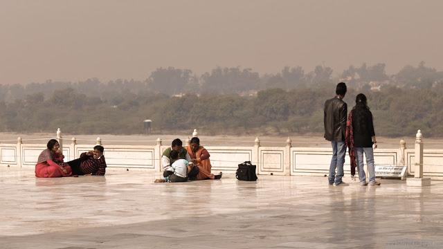 Turisteja Taj Mahalissa
