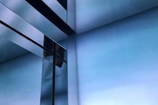 Lasipalatsin tyylikästä hissiarkkitehtuuria