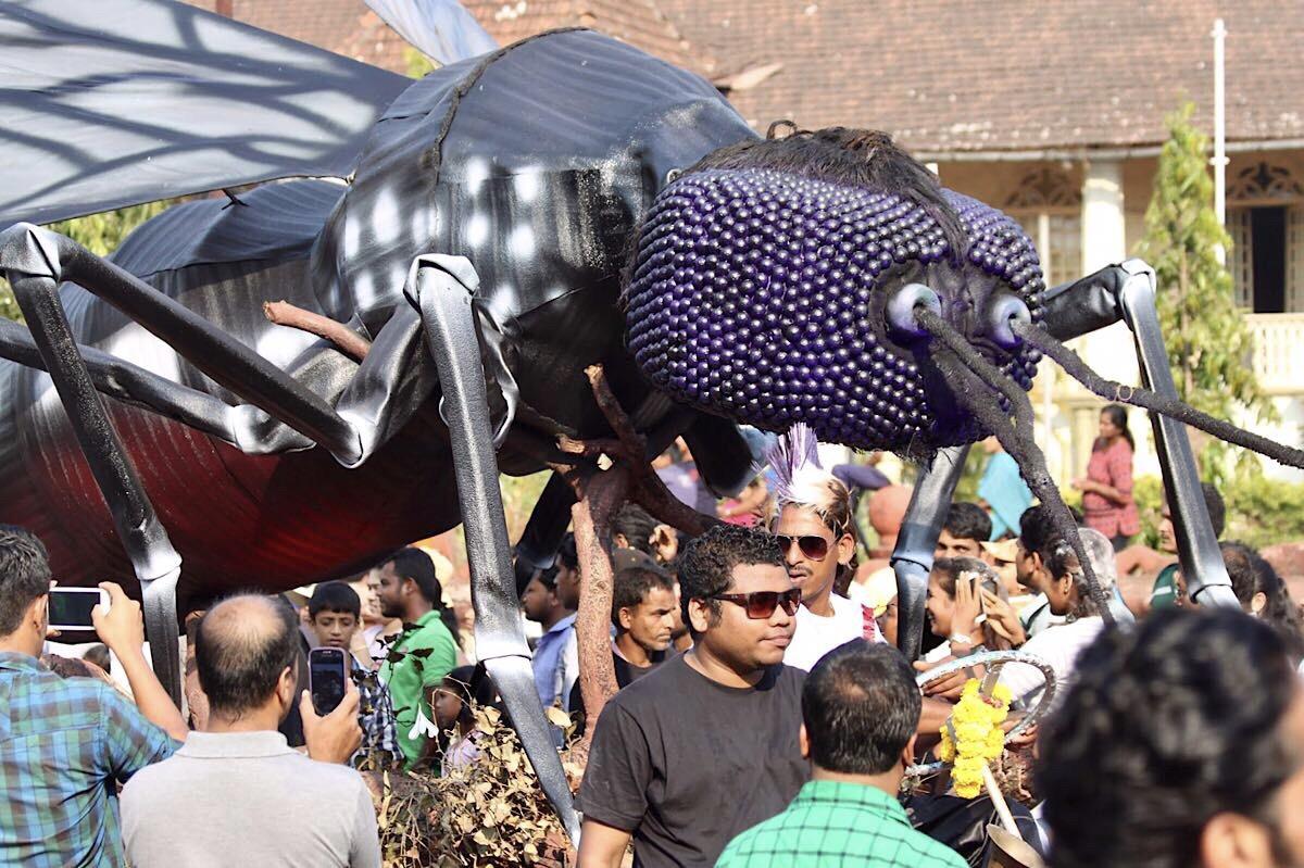 Jättiläiskärpänen karnevaalikulkueessa Goassa