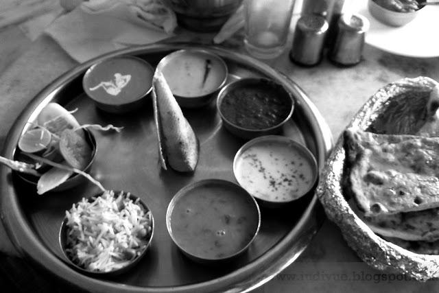 Päivän kuva Intiasta: Thali-lautanen vau taiteilijan paletti?