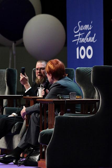 Presidentti Tarja Halonen haastatteli Mielensäpahoittaja-teosten kirjoittajaa Tuomas Kyröä