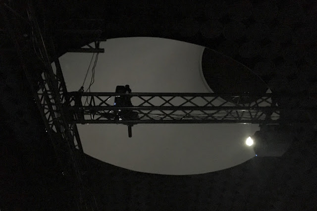 Projektoreita Amos Rexin Taidemuseon katossa