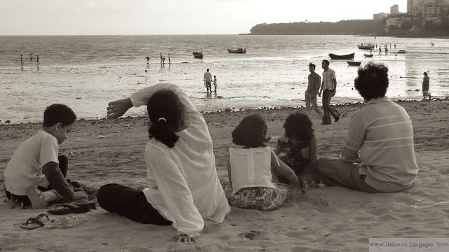 Intialainen perhe rannalla Mumbaissa
