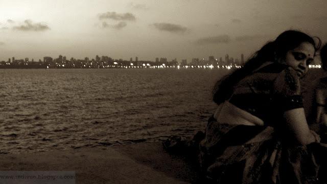 Intialainen nainen ja Nariman Point, Mumbai, Intia