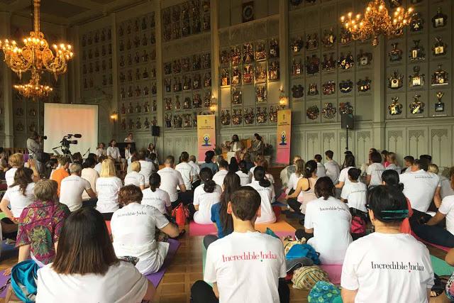International Day of Yoga, Ritarihuone Helsinki, Sri Sri Ravi Shankar ja Intian suurlähettiläs Ms Vani Rao