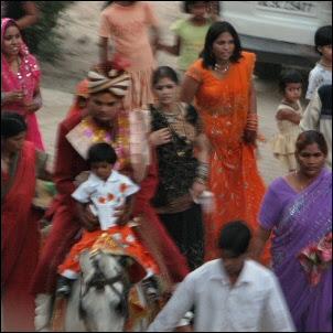 Sulhanen saapuu morsiamen luo Intiassa
