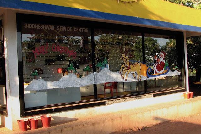 Hyvän joulun toivotus huoltoaseman ikkunassa Goassa