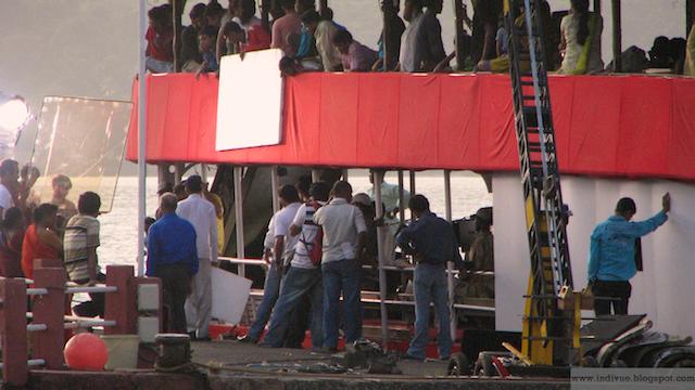 Intialaista elokuvaa kuvaamassa Mandovijoen varrella