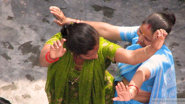 Naiset tanssivat Intiassa