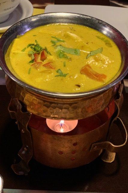 Intialainen Balti paneer ja tuikku lämmittämässä tuoretta ruoka-annosta