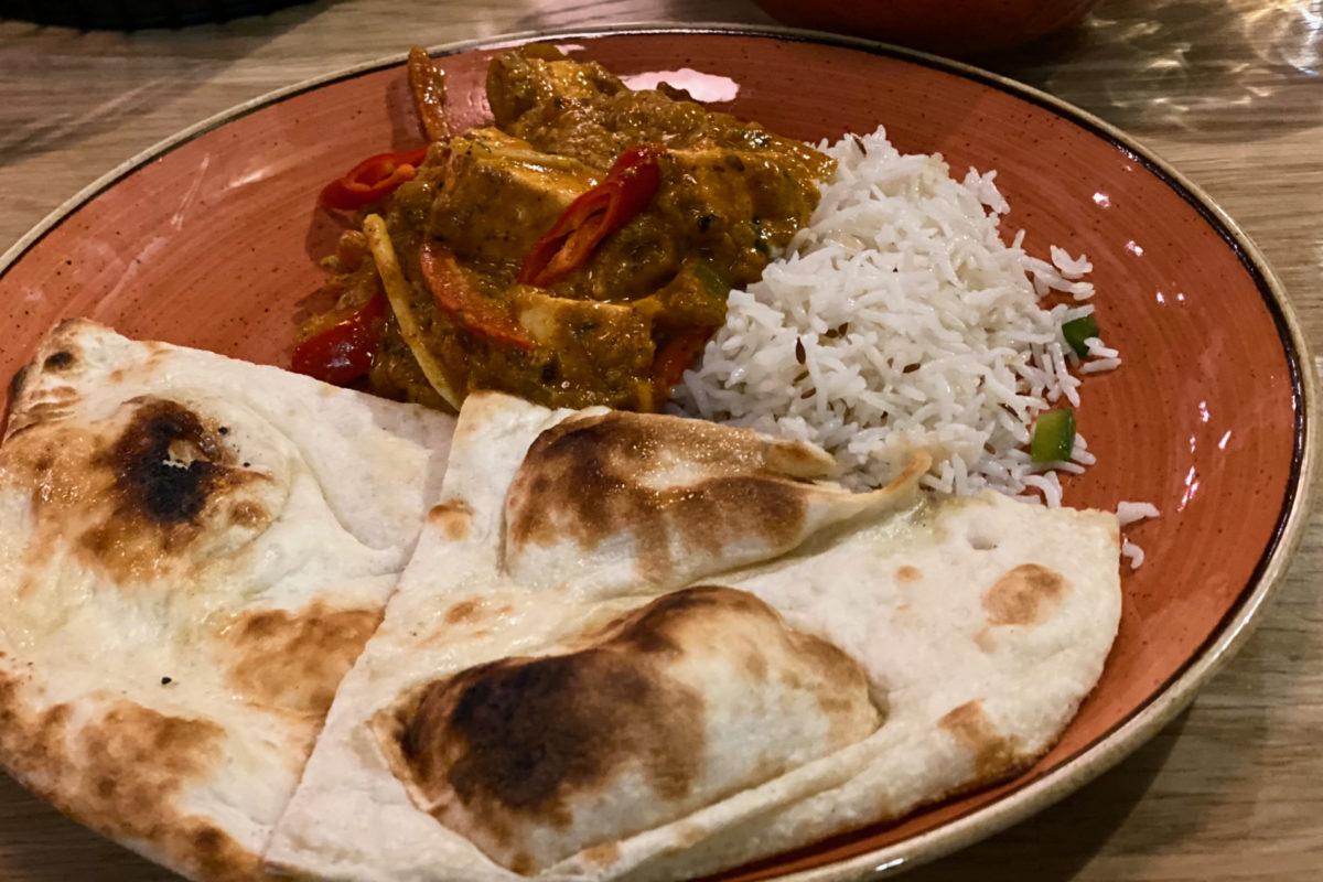 Autenttinen Deli Rasoi Kadhai Paneer naan-leivän ja riisin kera