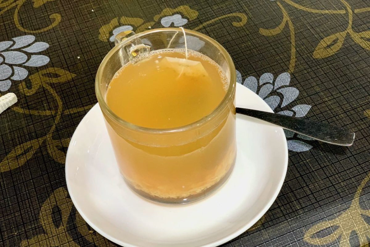 Inkivääri-hunaja-sitruuna-tee kahvila German Bakeryssa Goassa