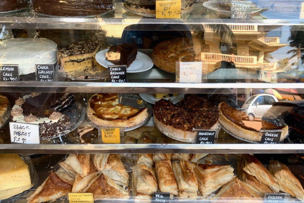 German Bakery leipomuksia kuten sitruunakakku, suklaasaksanpähkinäkakku, hunajapähkinäkakku, juustokakku, porkkanakakku, croissantti ja kasvispasteija