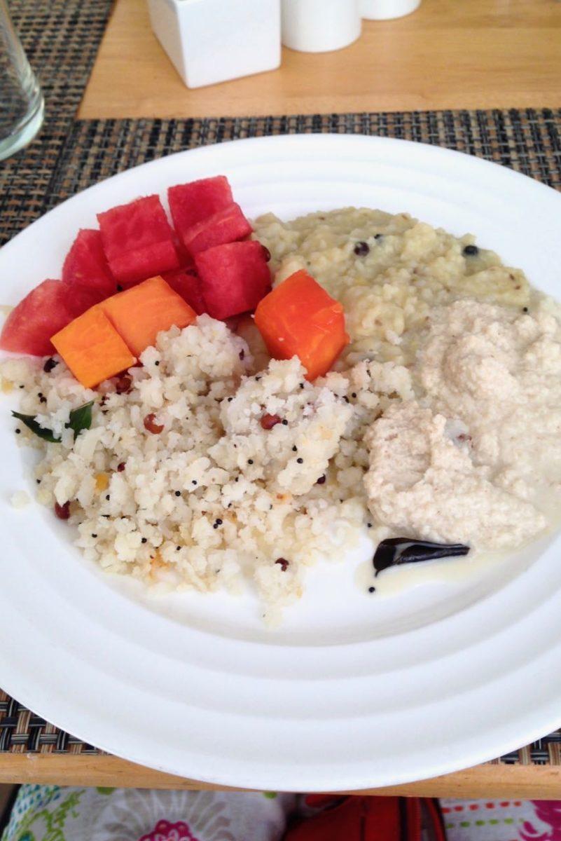 Tuoretta papaijaa ja vesimelonia, pongalia ym. eteläintialaisia aamiaisherkkuja