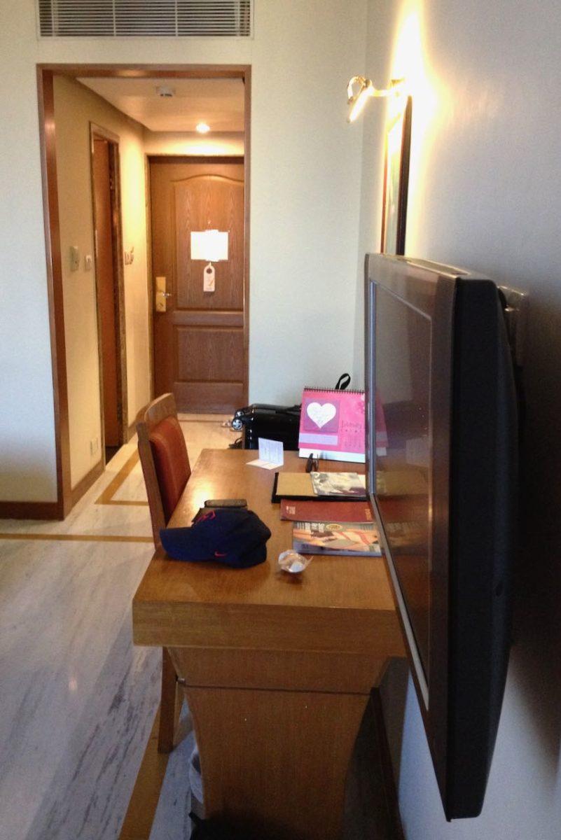 Televisio ja kirjoituspöytä, hotelli Sunway Manor