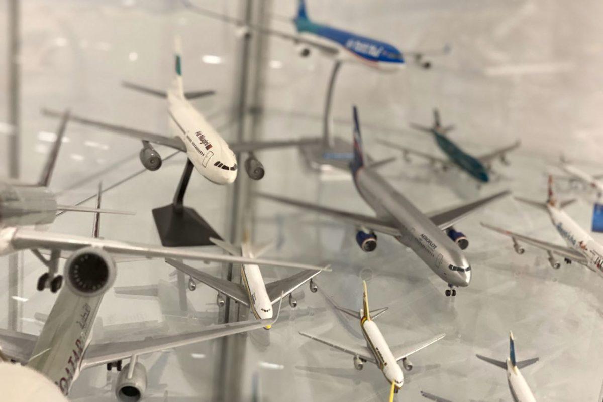 Tapio Tekkalan lentokoneiden pienoismalleja näyttelyssä Matka2020-messuilla